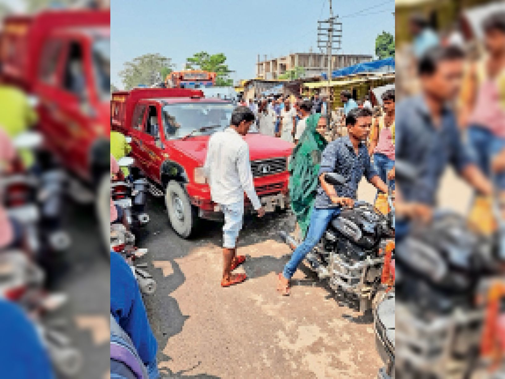 बाजार समिति के सामने दरभंगा रोड पर जाम में फंसा अग्निशमन वाहन। - Dainik Bhaskar