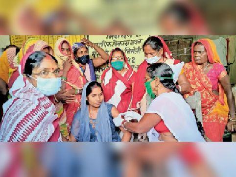 महादलित टोला में वैक्सीन लगातीं एएनएम रेखा कुमारी। - Dainik Bhaskar