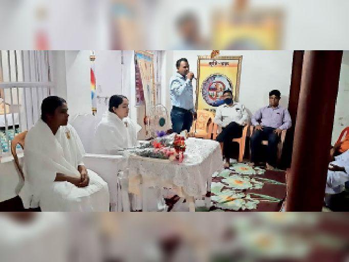 स्थानीय सेवा केंद्र में शिक्षक दिवस मनाते दीदी व श्रद्धालु। - Dainik Bhaskar