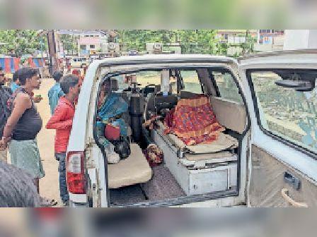 मेडिकल कालेज से रेफर होने पर प्राइवेट एम्बुलेंस से मरीज को ले जाते परिजन। - Dainik Bhaskar