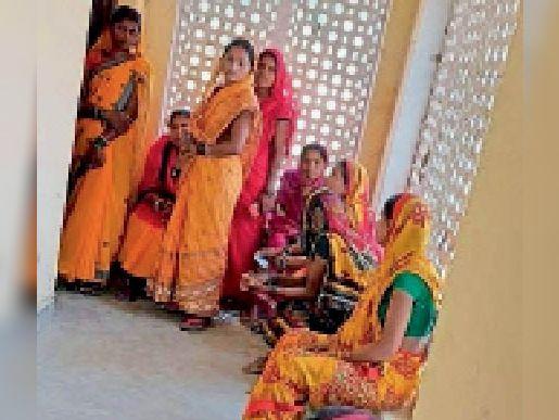 टीकाकरण केद्र में टीका लगवाने के लिए पहुंचे लोग। - Dainik Bhaskar
