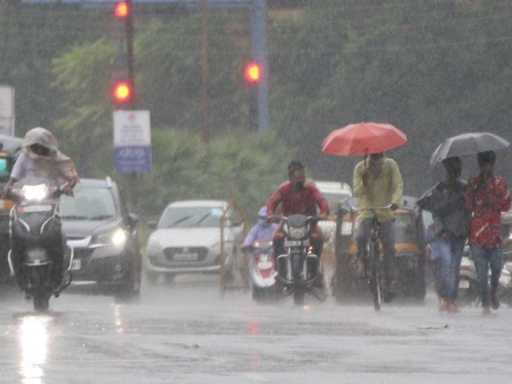 रायपुर में आज भी रुक-रुककर बरसात होती रही। इसकी वजह से तापमान में गिरावट है।