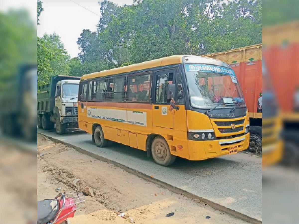 दावथ प्रखंड मुख्यालय के पास सड़क जाम। - Dainik Bhaskar