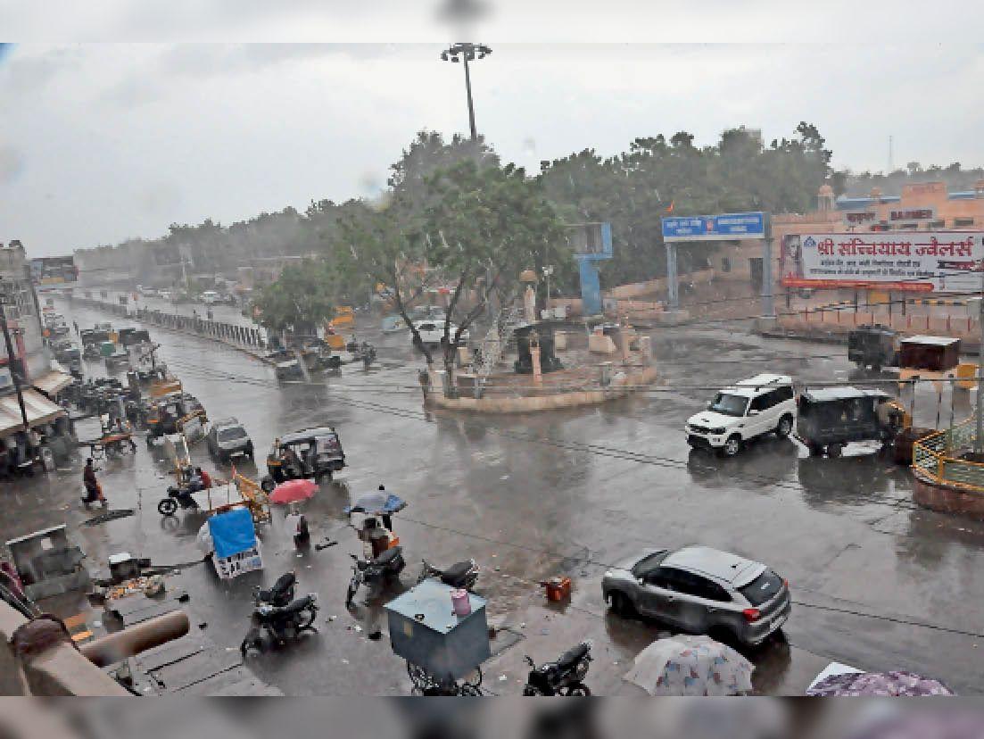 बाड़मेर. बारिश के दौरान अहिंसा सर्किल का दृश्य। - Dainik Bhaskar