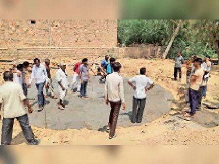 कवास. हौद के फाउंडेशन का काम रुकवाते ग्रामीण। - Dainik Bhaskar