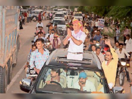 धनाऊ. रैली निकालकर शिक्षक को विदाई देते ग्रामीण। - Dainik Bhaskar