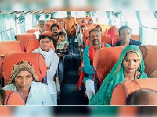 भरतपुर.जीते हुए जिला परिषद सदस्यों को बस में बैठाकर लाते हुए। - Dainik Bhaskar