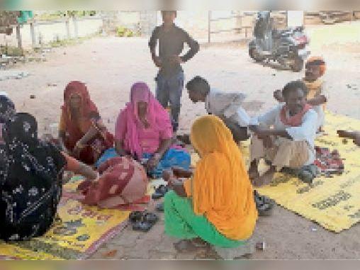 अस्पताल परिसर में नीम के पेड़ के नीचे बैठे मरीजों के परिजन। - Dainik Bhaskar
