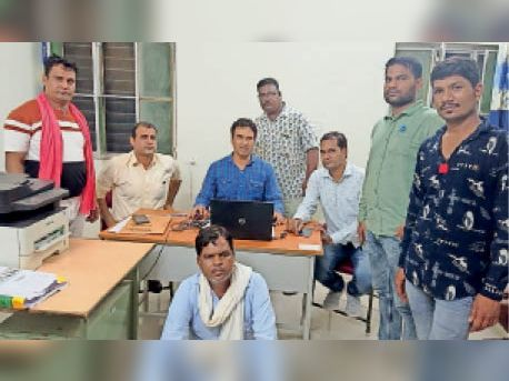 लाखेरी. दलाल के साथ कोटा एसीबी की टीम व परिवादी। - Dainik Bhaskar