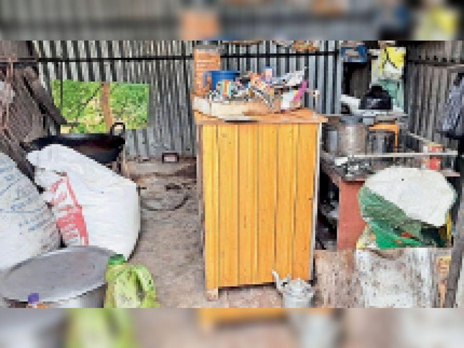 चोरी के बाद बिखरा पड़ा सामान। - Dainik Bhaskar