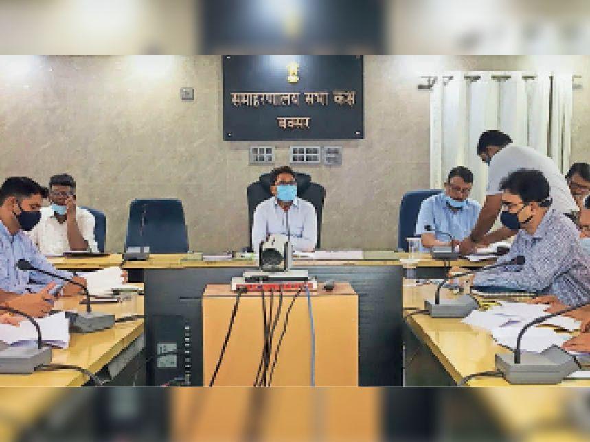 समन्वय समिति की बैठक करते डीएम। - Dainik Bhaskar
