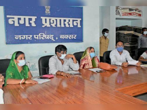 नप बोर्ड की बैठक करते अध्यक्ष। - Dainik Bhaskar