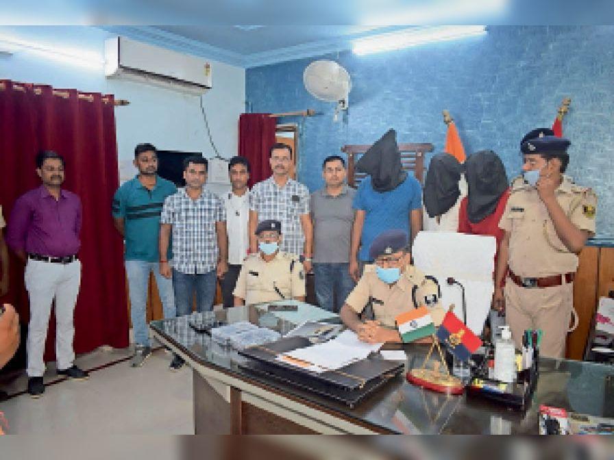 प्रेसवार्ता के दौरान जानकारी देते एसपी - Dainik Bhaskar