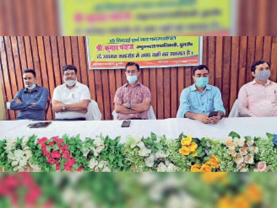 विदाई समारोह में मंचासीन एसडीओ हरेंद्र राम व अन्य अधिकारी। - Dainik Bhaskar