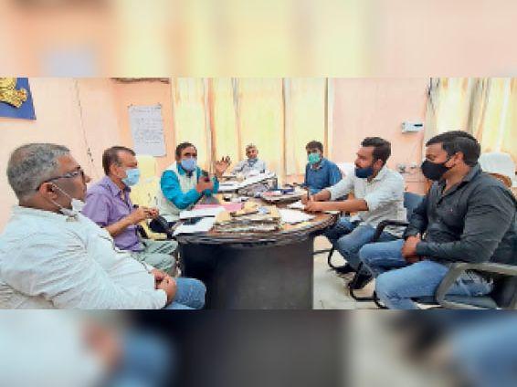 ट्रैक निर्माण को लेकर बैठक करते कुलपति प्रोफेसर फारूक अली - Dainik Bhaskar