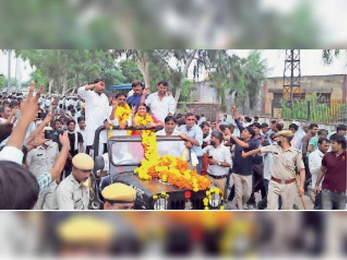दौसा   जिला प्रमुख निर्वाचित होने के बाद कांग्रेस के हीरालाल सैनी का जुलूस निकालते कार्यकर्ता। - Dainik Bhaskar
