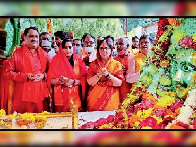 धारेश्वर मंदिर प्रांगण में धारनाथ की आरती करते विधायक-कलेक्टर।