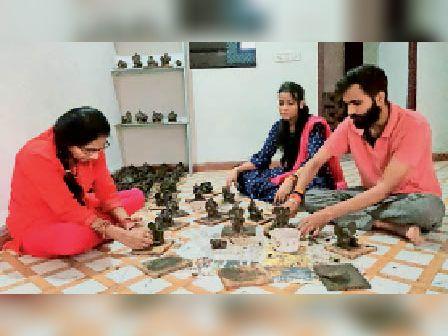 राजगढ़. गाेबर व कंडे की राख से गणपति बनाते हुए राहुल व्यास। - Dainik Bhaskar