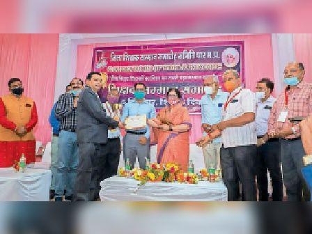 धार. राज्यपाल पुरस्कार प्राप्त शिक्षक शुक्ला का सम्मान किया। - Dainik Bhaskar
