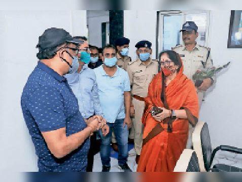 विधायक वर्मा ने पुलिस चाैकी काे देख कलेक्टर-एसपी से की चर्चा। - Dainik Bhaskar