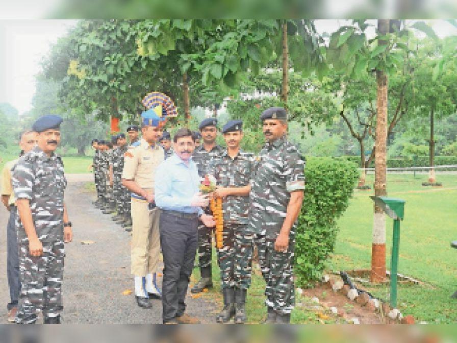 कमांडेंट रहे डॉ. निशीत के तबादले के बाद विदाई समारोह का आयोजन। - Dainik Bhaskar