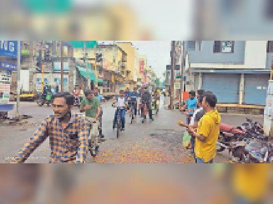 हरदा। साइकिल रैली निकालते हुए शिक्षक। - Dainik Bhaskar