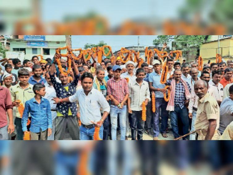 एसडीओ अॉफिस के सामने फूल माला लेकर अपने प्रत्याशी का इंतजार करते लोग - Dainik Bhaskar