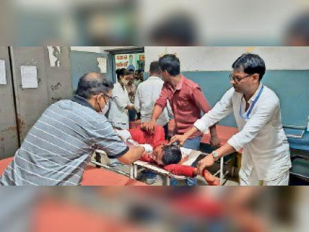 सदर अस्पताल में इलाजरत जख्मी। - Dainik Bhaskar