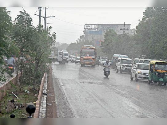 घने बादल होने के बावजूद महज 1.7 एमएम बारिश ही हो पाई। - Dainik Bhaskar