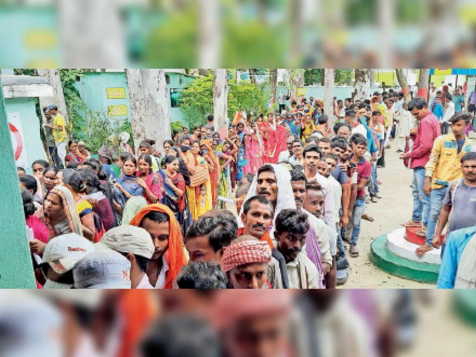 टीकाकरण के लिए पीएचसी पर भीड़। - Dainik Bhaskar