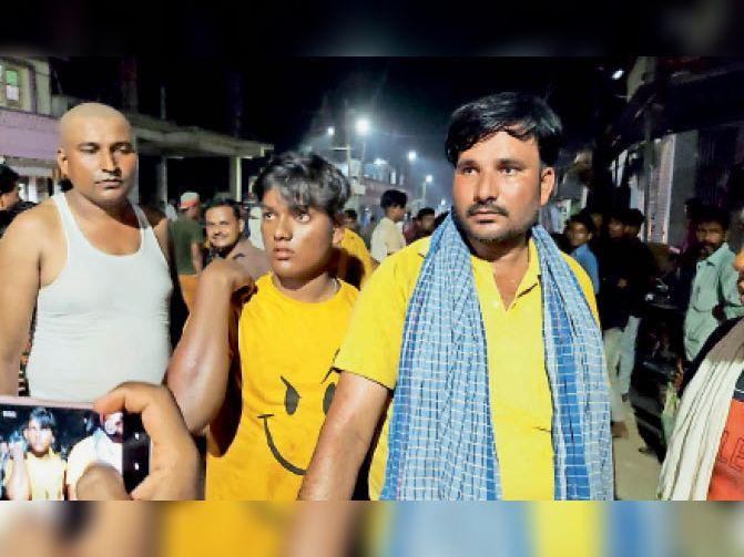 दुर्घटना में घायल युवक को इलाज के लिए ले जाते लोग। - Dainik Bhaskar