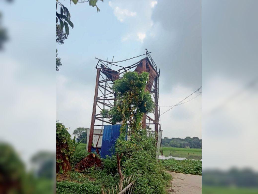 परसा दक्षिणी के वार्ड नं-3 में पानी भरने के बाद ध्वस्त टावर। - Dainik Bhaskar