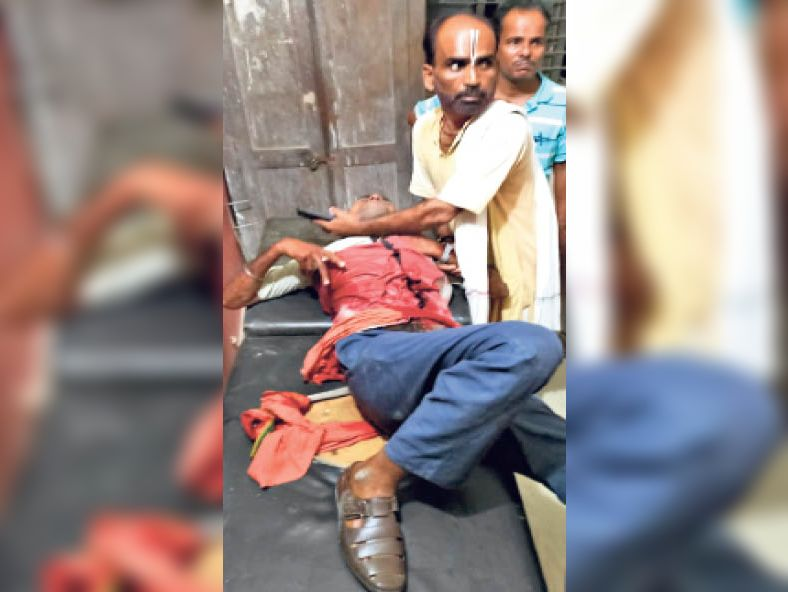 गोली लगने के बाद इलाजरत घायल कर्मी। - Dainik Bhaskar