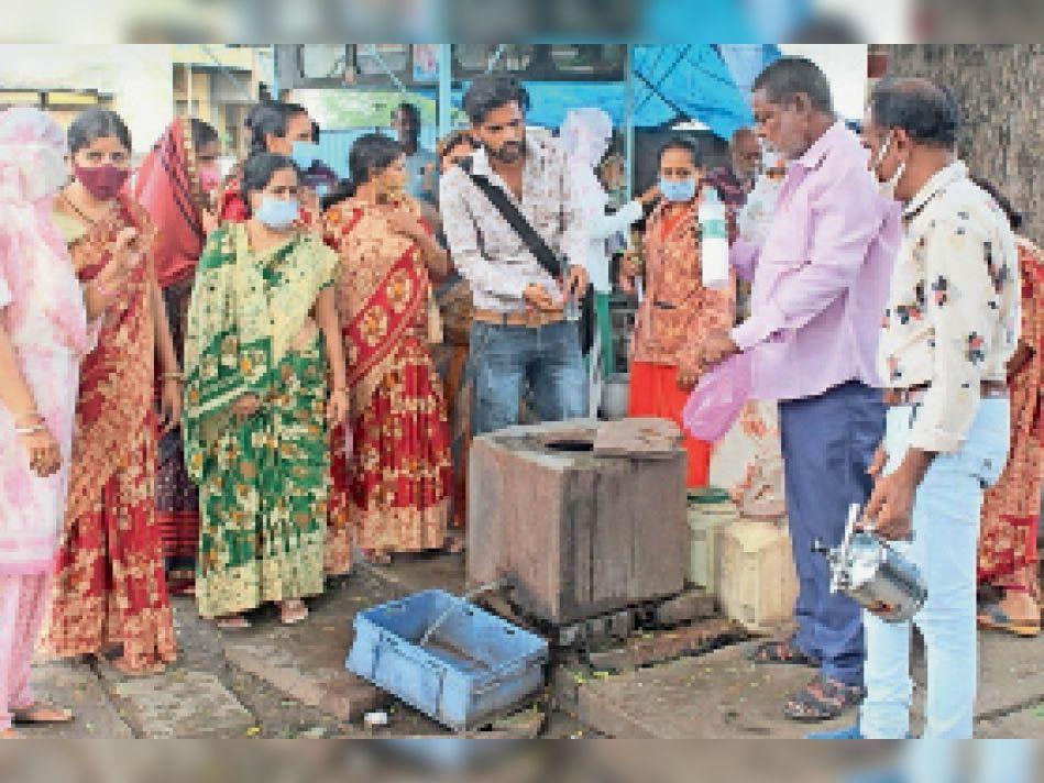 वार्ड 9 में टीम ने किया सर्वे, जमा पानी को नष्ट किया।-फोटो जितेंद्र शर्मा। - Dainik Bhaskar