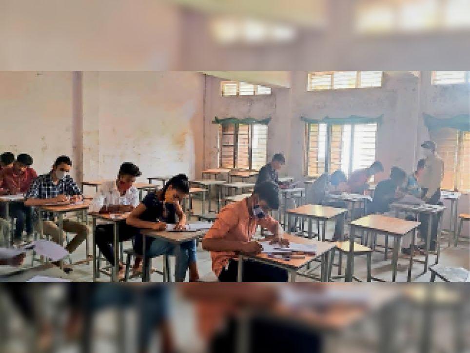 उत्कृष्ट विद्यालय में परीक्षा देते विद्यार्थी। - Dainik Bhaskar