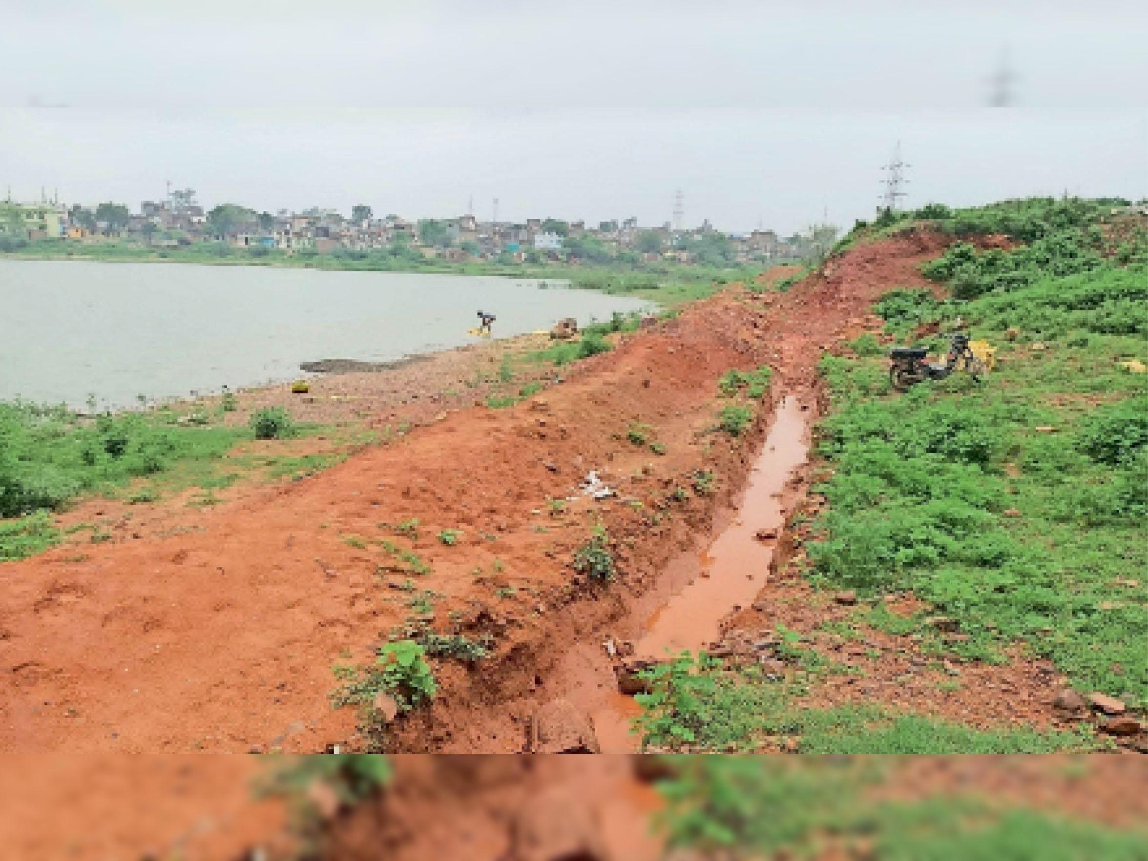 शहर के नाहर सैयद तालाब में करीब 60 फीसदी पानी ही आया है। - Dainik Bhaskar