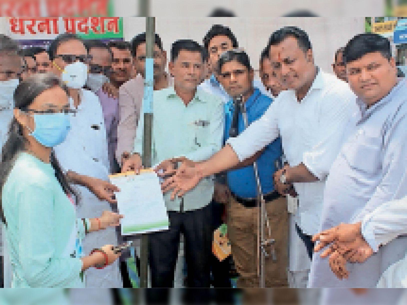 शहर में कांग्रेसजन ने राष्ट्रपति के नाम ज्ञापन नायब तहसीलदार को दिया। - Dainik Bhaskar