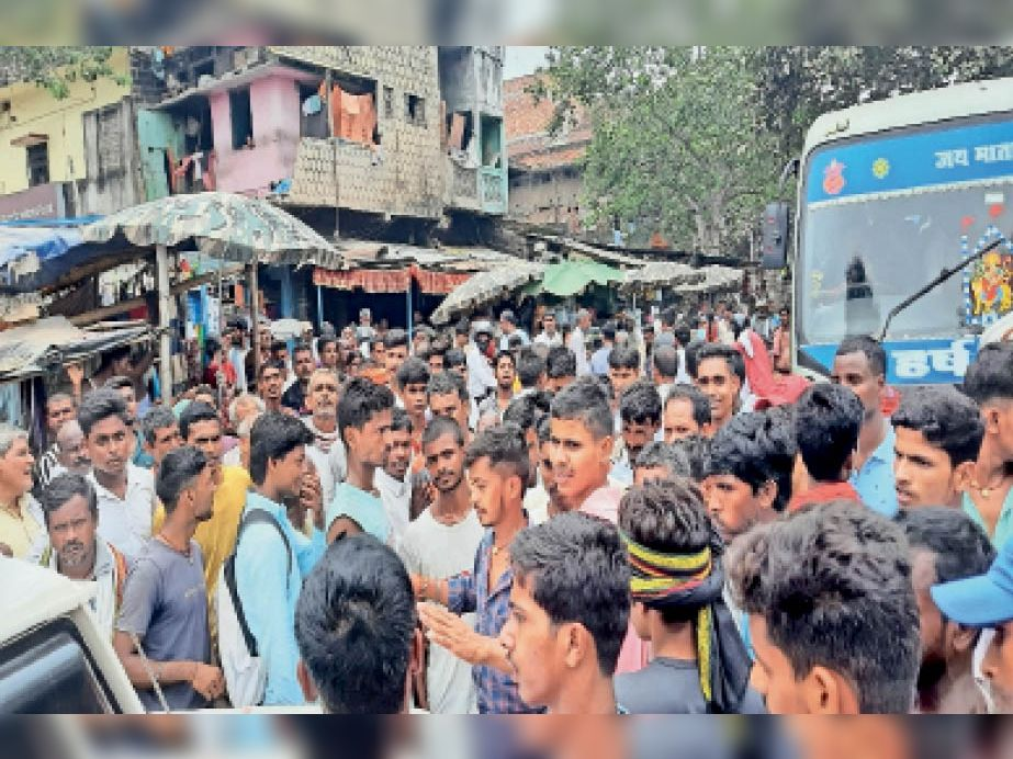 खाद के लिए किसानों ने सड़क जाम कर किया हंगामा। - Dainik Bhaskar