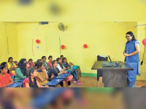 आहार कैलकुलेट की छात्राओं को जानकारी देते हुए। - Dainik Bhaskar