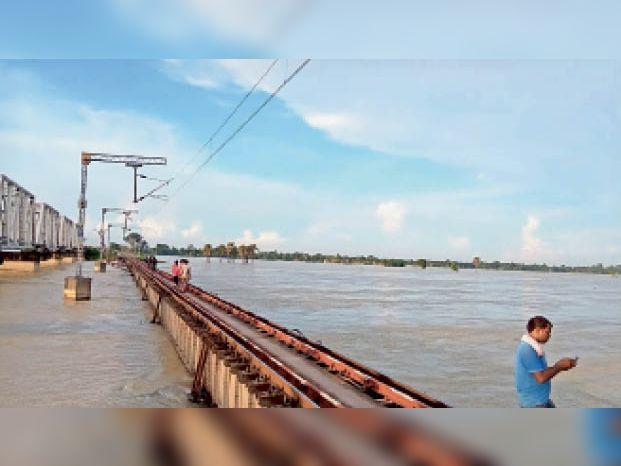 हायाघाट के पुराने 16 नंबर इस पुल की भी ऊंचाई बढ़ेगी। - Dainik Bhaskar