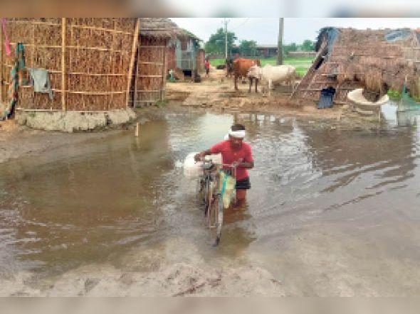 सिंघिया में जान जोखिम में डाल दैनिक कार्य के लिए गांव से बाहर निकलता युवक। - Dainik Bhaskar