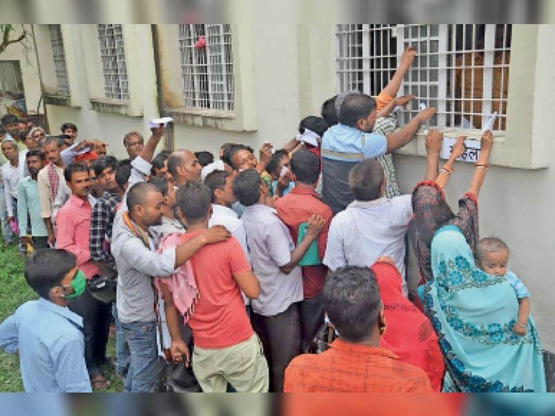 प्रखंड कार्यालय के एक काउंटर पर लगी भीड़ के बीच पर्ची कटाते अभ्यर्थी। - Dainik Bhaskar