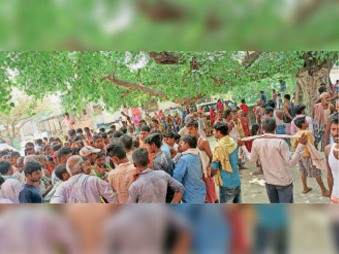 मुआवजे की मांग को लेकर सीओ का घेराव करते ग्रामीण। - Dainik Bhaskar