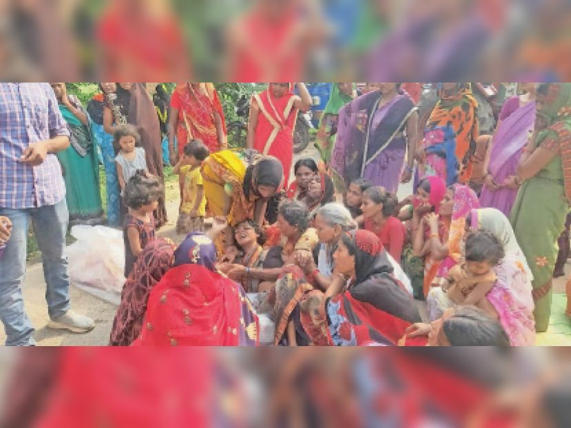 अकोढ़ीगोला में युवक की हत्या की घटना के बाद बिलखते परिजन। - Dainik Bhaskar