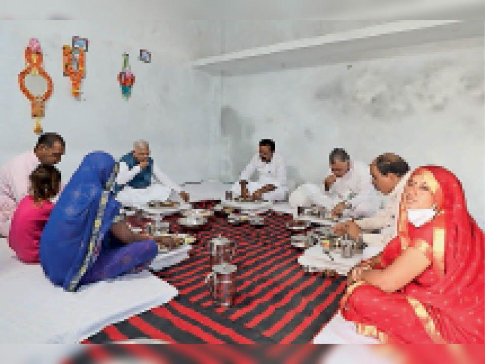 बेटी अमृता के नाम निवास का नाम रखने वाले परिवार में किया भोजन। - Dainik Bhaskar