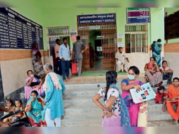 सदर अस्पताल मातृ शिशु अस्पताल के बाहर मरीजांे के परिजन। - Dainik Bhaskar
