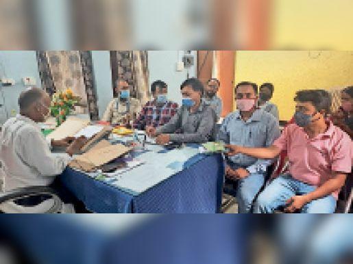 नानपुर में आयाेजित बैठक में शामिल अधिकारी। - Dainik Bhaskar