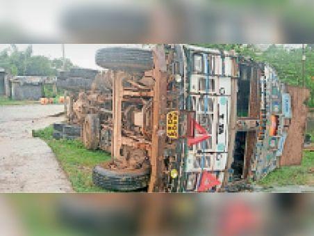 साेनबरसा में दुर्घटनाग्रस्त ट्रक। - Dainik Bhaskar