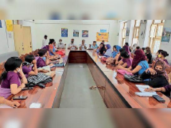 टोंक। वैक्सीन से वंचित रहे लोगों को टीकाकरण केंद्र तक लाने के लिए आंगनबाड़ी कार्मिकों की बैठक लेते एडीएम मुरारीलाल शर्मा। - Dainik Bhaskar