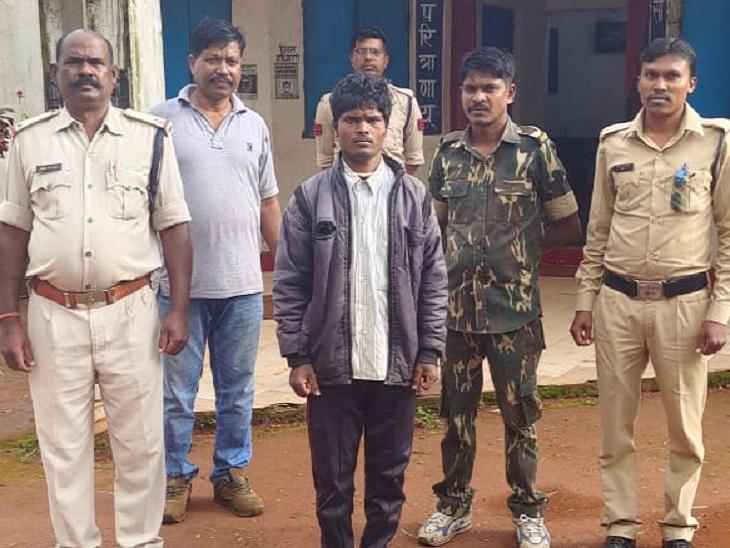 पुलिस ने बताया कि सुबह वारदात की सूचना मिली थी। इसके बाद गांव में घेराबंदी कर आरोपी अजय को गिरफ्तार कर लिया गया है। - Dainik Bhaskar